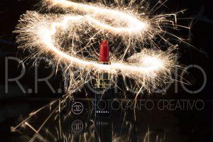fotografia producto cosmetica madrid 300x200 - fotografía de producto con pintalabios y bengalas