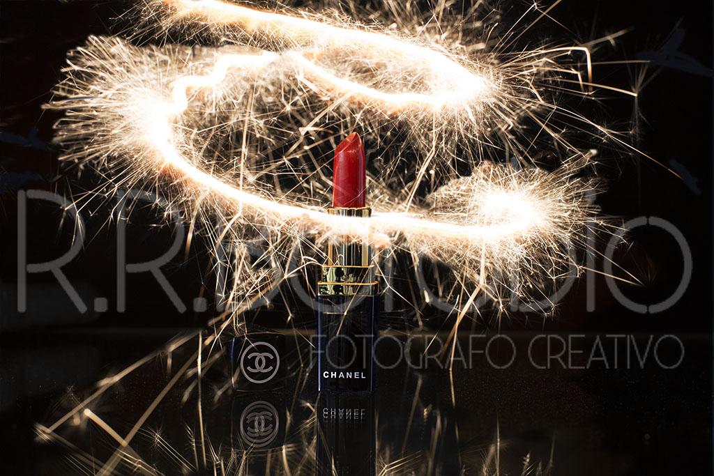 fotografia producto cosmetica madrid - fotografía de producto con pintalabios y bengalas